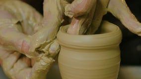 Επαγγελματικός αρσενικός αγγειοπλάστης που κάνει την κεραμική στο εργαστήριο φιλμ μικρού μήκους