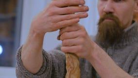 Επαγγελματικός αρσενικός αγγειοπλάστης που προετοιμάζει τον άργιλο για την εργασία απόθεμα βίντεο