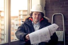 Επαγγελματικός αρσενικός επιχειρηματίας κατασκευής με τα σχεδιαγράμματά του Εστίαση, που τονίζεται μαλακή Στοκ φωτογραφίες με δικαίωμα ελεύθερης χρήσης