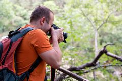 Επαγγελματικός αρσενικός φωτογράφος στο δάσος/τουρίστας τύπων στο δασικό φυσικό περιβάλλον φωτογραφίας φύσης, που απολαμβάνει την Στοκ Εικόνες