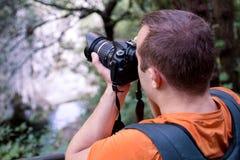 Επαγγελματικός αρσενικός φωτογράφος στο δάσος/τουρίστας τύπων στο δασικό φυσικό περιβάλλον φωτογραφίας φύσης, που απολαμβάνει την Στοκ φωτογραφία με δικαίωμα ελεύθερης χρήσης