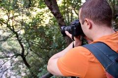 Επαγγελματικός αρσενικός φωτογράφος στο δάσος/τουρίστας τύπων στο δασικό φυσικό περιβάλλον φωτογραφίας φύσης, που απολαμβάνει την Στοκ Φωτογραφίες