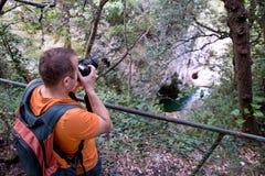 Επαγγελματικός αρσενικός φωτογράφος στο δάσος/τουρίστας τύπων στο δασικό φυσικό περιβάλλον φωτογραφίας φύσης, που απολαμβάνει την Στοκ Φωτογραφία
