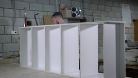 Επαγγελματικός βιομηχανικός εργάτης σε έναν ομοιόμορφο συγκεντρώνοντας έπιπλα στο εργαστήριο απόθεμα βίντεο