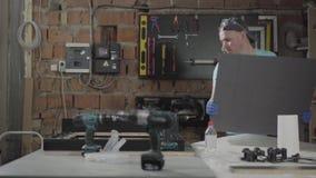 Επαγγελματικός βιοτέχνης που εργάζεται με τα εργαλεία στο γκαράζ Έννοια της κατασκευής χεριών, εργασίες Craftman σε ένα εργαστήρι απόθεμα βίντεο