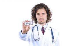 Επαγγελματικός γιατρός που παρουσιάζει χάπια φαρμάκων στοκ εικόνες