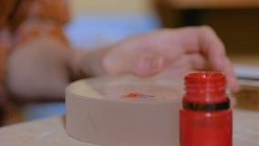 Επαγγελματικός διακοσμητής γυναικών που προετοιμάζει το χρώμα για την εργασία απόθεμα βίντεο