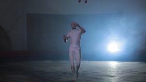 Επαγγελματικός εκτελεστής τσίρκων που παρουσιάζει τρομερή ακροβατική επίδειξη στη σκηνή, καπνός γύρω απόθεμα βίντεο