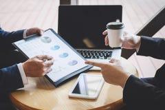 Επαγγελματικός εκτελεστικός διευθυντής, συνέταιρος που συζητά το σχέδιο μάρκετινγκ ιδεών και το πρόγραμμα παρουσίασης της επένδυσ στοκ εικόνα με δικαίωμα ελεύθερης χρήσης