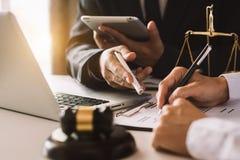 Επαγγελματικός επενδυτής επιχειρησιακής δύο συνεδρίασης που εργάζεται από κοινού στοκ εικόνες με δικαίωμα ελεύθερης χρήσης