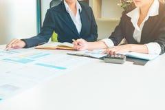 Επαγγελματικός επενδυτής και οικονομικό παρόν συνεδρίασης Νέος στοκ φωτογραφίες με δικαίωμα ελεύθερης χρήσης
