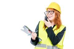 Επαγγελματικός επιστάτης κοριτσιών με walkie-talkie στο λευκό στοκ εικόνα