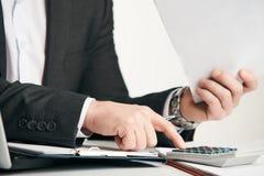 Επαγγελματικός επιχειρηματίας που εργάζεται στο γραφείο του με τα έγγραφα Στοκ Φωτογραφία