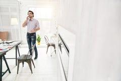 Επαγγελματικός επιχειρηματίας που μιλά στο τηλέφωνό του Στοκ φωτογραφία με δικαίωμα ελεύθερης χρήσης