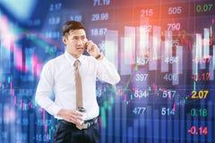 Επαγγελματικός επιχειρηματίας που χρησιμοποιεί το smartphone που μιλά στο τηλέφωνό του Στοκ Εικόνα