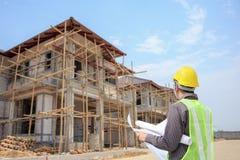 Επαγγελματικός εργαζόμενος αρχιτεκτόνων μηχανικών με το προστατευτικό κράνος στοκ φωτογραφία με δικαίωμα ελεύθερης χρήσης