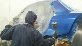 Επαγγελματικός ζωγράφος αυτοκινήτων στο εργαστήριο οχημάτων φιλμ μικρού μήκους
