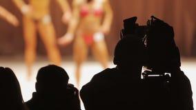 Επαγγελματικός θηλυκός bodybuilding ανταγωνισμός μαγνητοσκόπησης χειριστών, πλήρωμα καμερών φιλμ μικρού μήκους
