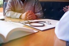Επαγγελματικός ιατρός στην άσπρη ομοιόμορφη συνέντευξη παλτών εσθήτων στοκ εικόνες με δικαίωμα ελεύθερης χρήσης