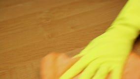 Επαγγελματικός καθαριστής που σκουπίζει τον πίνακα, καθαρίζοντας υπηρεσία διαμερισμάτων καθαρότητα απόθεμα βίντεο