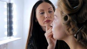 Επαγγελματικός καλλιτέχνης σύνθεσης που ισχύει makeup στο πρόσωπο γυναικών ` s στοκ φωτογραφία με δικαίωμα ελεύθερης χρήσης