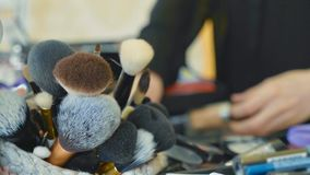 Επαγγελματικός καλλιτέχνης makeup που επιλέγει τα εργαλεία και τα καλλυντικά στη βαλίτσα σύνθεσης στοκ εικόνες