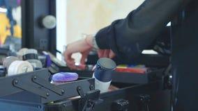 Επαγγελματικός καλλιτέχνης makeup που επιλέγει τα εργαλεία και τα καλλυντικά στη βαλίτσα σύνθεσης στοκ εικόνες με δικαίωμα ελεύθερης χρήσης