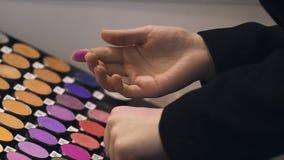 Επαγγελματικός καλλιτέχνης makeup που επιλέγει το χρώμα σκιών ματιών, βιομηχανία ομορφιάς, αγοραστής απόθεμα βίντεο