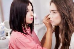 Επαγγελματικός καλλιτέχνης makeup που εφαρμόζει το κραγιόν στοκ εικόνες