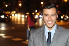 Επαγγελματικός νέος εθνικός που απομονώνεται στην πόλη τη νύχτα με το διάστημα αντιγράφων στοκ φωτογραφία με δικαίωμα ελεύθερης χρήσης
