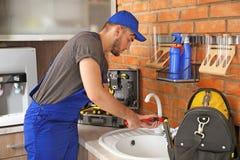 Επαγγελματικός νεροχύτης κουζινών καθορισμού υδραυλικών στοκ εικόνα με δικαίωμα ελεύθερης χρήσης
