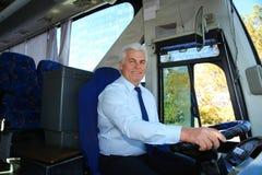 Επαγγελματικός οδηγός λεωφορείου στο τιμόνι στοκ εικόνα με δικαίωμα ελεύθερης χρήσης