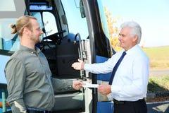 Επαγγελματικός οδηγός που παίρνει το εισιτήριο από τον επιβάτη στοκ εικόνα με δικαίωμα ελεύθερης χρήσης