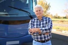 Επαγγελματικός οδηγός που στέκεται κοντά στο λεωφορείο στοκ φωτογραφία με δικαίωμα ελεύθερης χρήσης