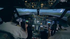 Επαγγελματικός πειραματικός δίνει τις οδηγίες σε έναν ερασιτέχνη απογειωμένος σε έναν προσομοιωτή πτήσης φιλμ μικρού μήκους