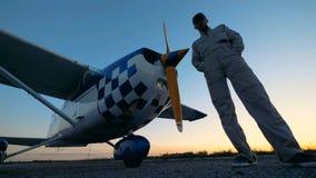 Επαγγελματικός πειραματικός κοντινός ένα αεροπλάνο, κατώτατη άποψη απόθεμα βίντεο