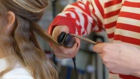 Επαγγελματικός προσδιορισμός τρίχας, κατσαρώνοντας σίδηρος κλείστε επάνω απόθεμα βίντεο