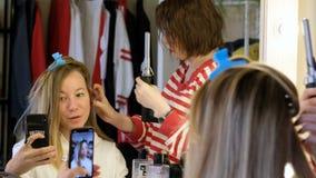 Επαγγελματικός προσδιορισμός τρίχας Όμορφη γυναίκα που κάνει selfie ενώ όντας στο σαλόνι κομμωτών απόθεμα βίντεο