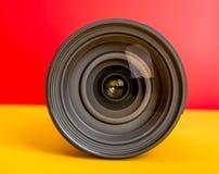 Επαγγελματικός φακός καμερών στο κόκκινο και κίτρινο πρότυπο υποβάθρου στοκ φωτογραφίες με δικαίωμα ελεύθερης χρήσης