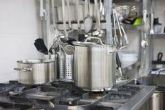 Επαγγελματικό αέριο cooktop με τα δοχεία στοκ φωτογραφίες