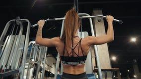 Επαγγελματικό αθλητικό αθλητικό κορίτσι εκπαιδευτών με το τέλειο σώμα ικανότητας που κάνει workout σκληρά να εκπαιδεύσει με το φρ απόθεμα βίντεο