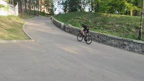 Επαγγελματικό ισχυρό μεμβρανοειδές ποδηλατών σκληρά προς το λόφο ως μέρος της κατάρτισής του φιλμ μικρού μήκους