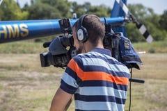 Επαγγελματικό καμεραμάν με την εργασία βιντεοκάμερων Στοκ φωτογραφία με δικαίωμα ελεύθερης χρήσης