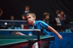 Επαγγελματικό νέο αγόρι επιτραπέζιων τενιστών κατώτερος Πρωταθλήματα πρωταθλήματος στοκ φωτογραφία