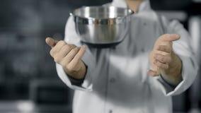 Επαγγελματικό παιχνίδι αρχιμαγείρων με τα εργαλεία κουζινών Κλείστε επάνω τον αρχιμάγειρα δίνει το κυλώντας κύπελλο φιλμ μικρού μήκους
