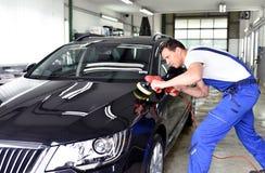 Επαγγελματικό πλύσιμο αυτοκινήτων - ο εργαζόμενος σε μια εμπορία αυτοκινήτων γυαλίζει Στοκ Εικόνα