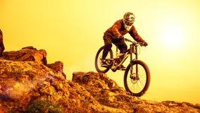 Επαγγελματικό ποδήλατο βουνών ποδηλατών οδηγώντας κάτω από το δύσκολο Hill Ακραίος αθλητισμός και έννοια Enduro Biking στοκ φωτογραφίες