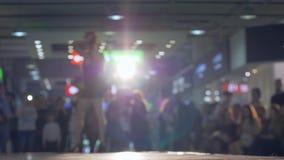 Επαγγελματικό πρότυπο κοριτσιών στο απότομα μαύρο φόρεμα υψηλά defiles τακουνιών η εξέδρα στο backlight στη επίδειξη μόδας φιλμ μικρού μήκους