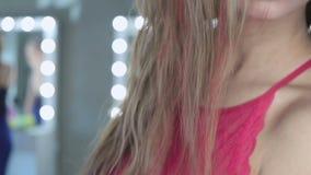 Επαγγελματικό πρότυπο μόδας που εξετάζει τη κάμερα απόθεμα βίντεο