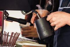 Επαγγελματικό ρέοντας γάλα barista για τον καφέ cappucino Στοκ Εικόνες